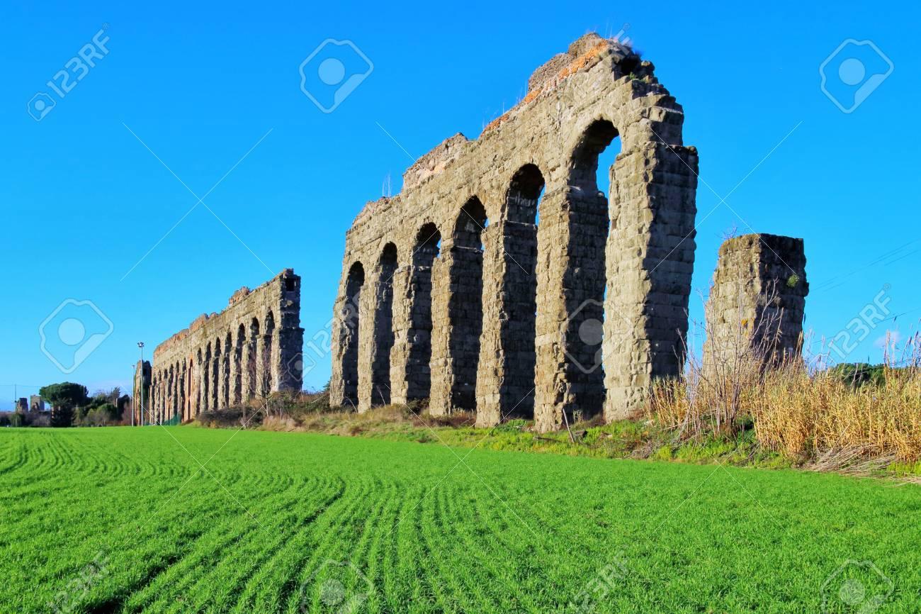 Blocchi Di Tufo.Archi Di Un Antico Acquedotto Romano In Blocchi Di Tufo Un Sentiero Corre Lungo La Proprieta In Un Parco Verde Nella Periferia Di Roma
