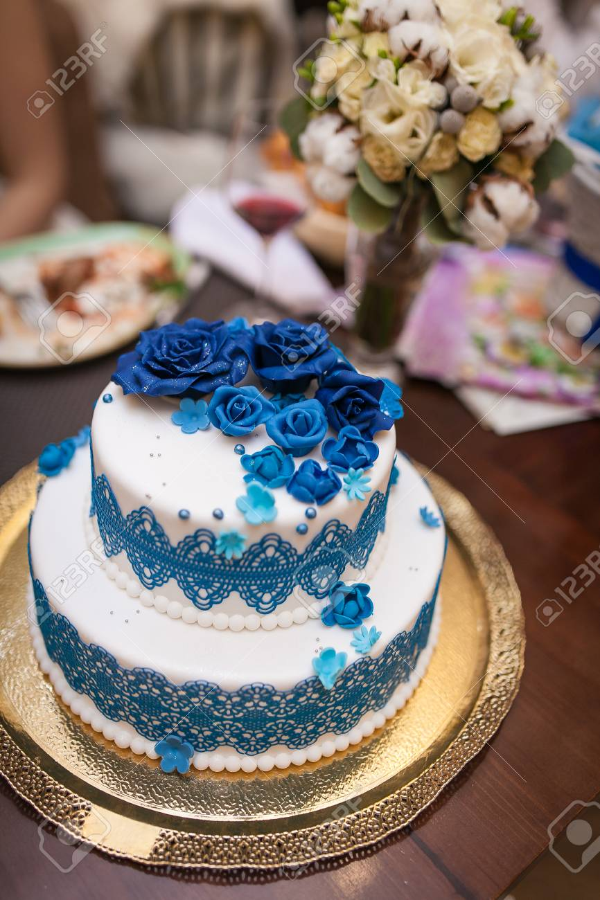 Hochzeitstorte Susser Kuchen Mit Blauen Und Weissen Rosen Lizenzfreie
