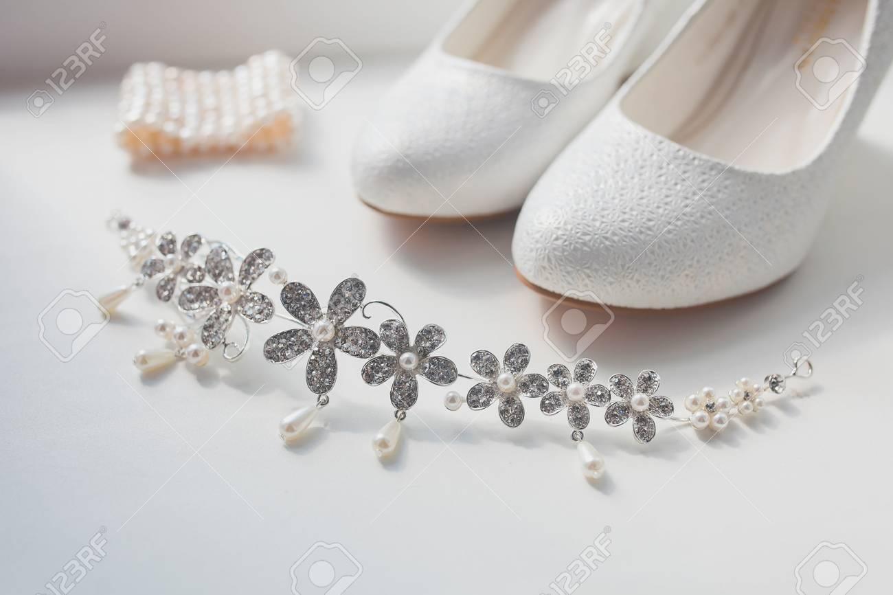 Vestidos de novia con zapatos blancos
