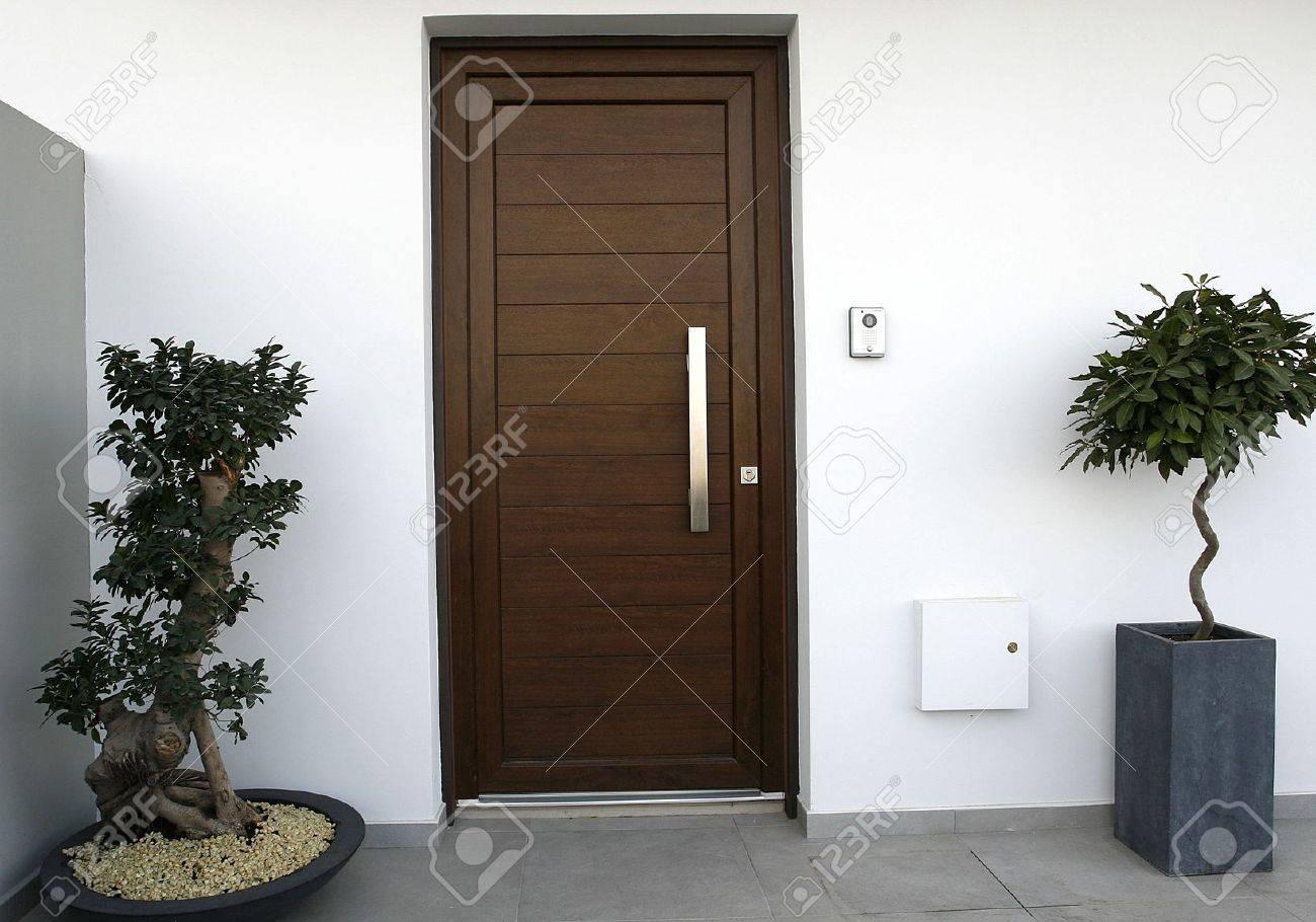 Un Simple Marco Con Puerta De PVC Marrón Fotos, Retratos, Imágenes Y ...