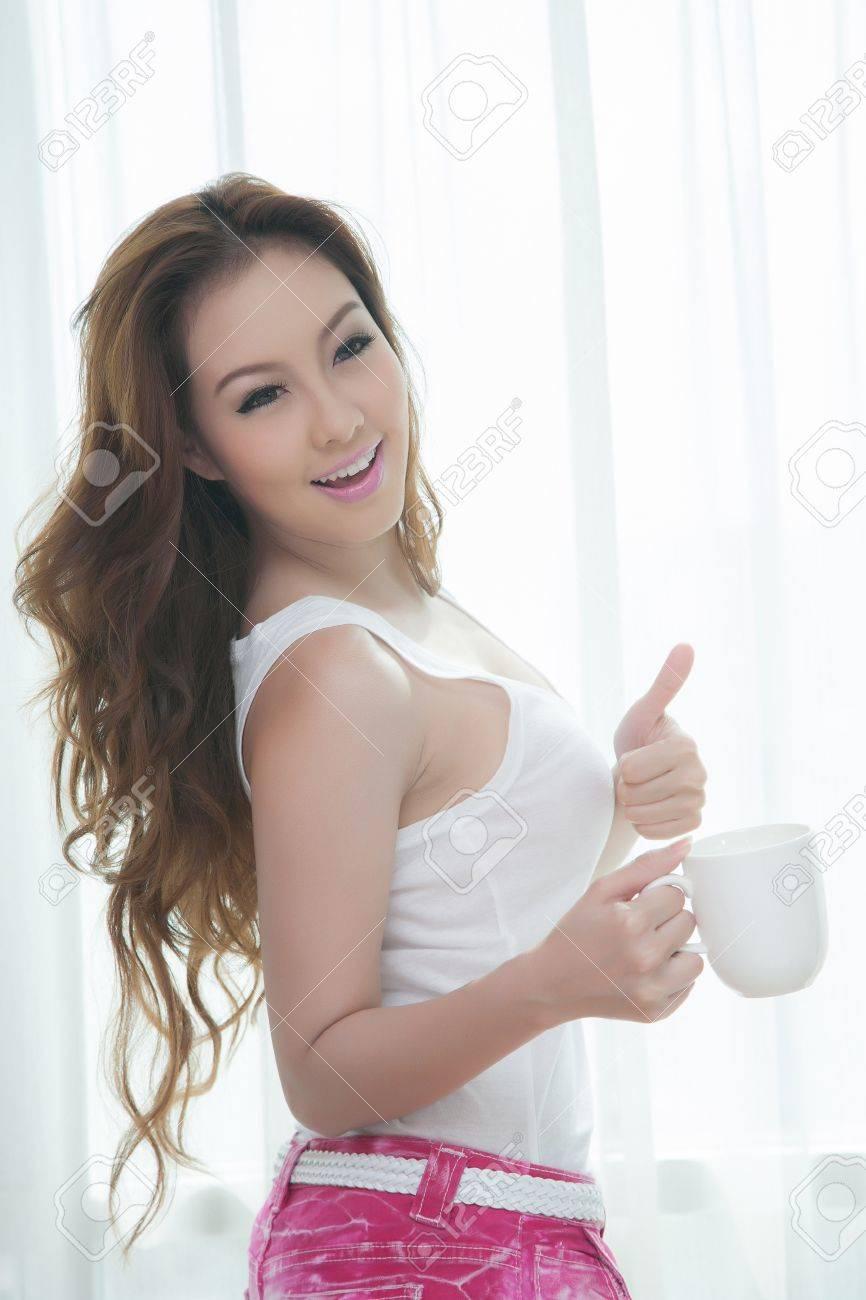 belle donne giovani con una tazza di caffè in camera da letto foto ... - Donne In Camera Da Letto