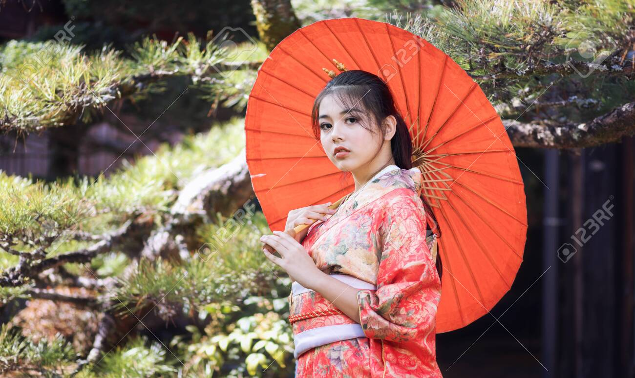 https://previews.123rf.com/images/pompjaideaw9/pompjaideaw92005/pompjaideaw9200500116/150447480-asian-woman-tourists-japanese-girl-wearing-a-kimono-holding-a-red-umbrella-beautiful-girl-wearing-tr.jpg