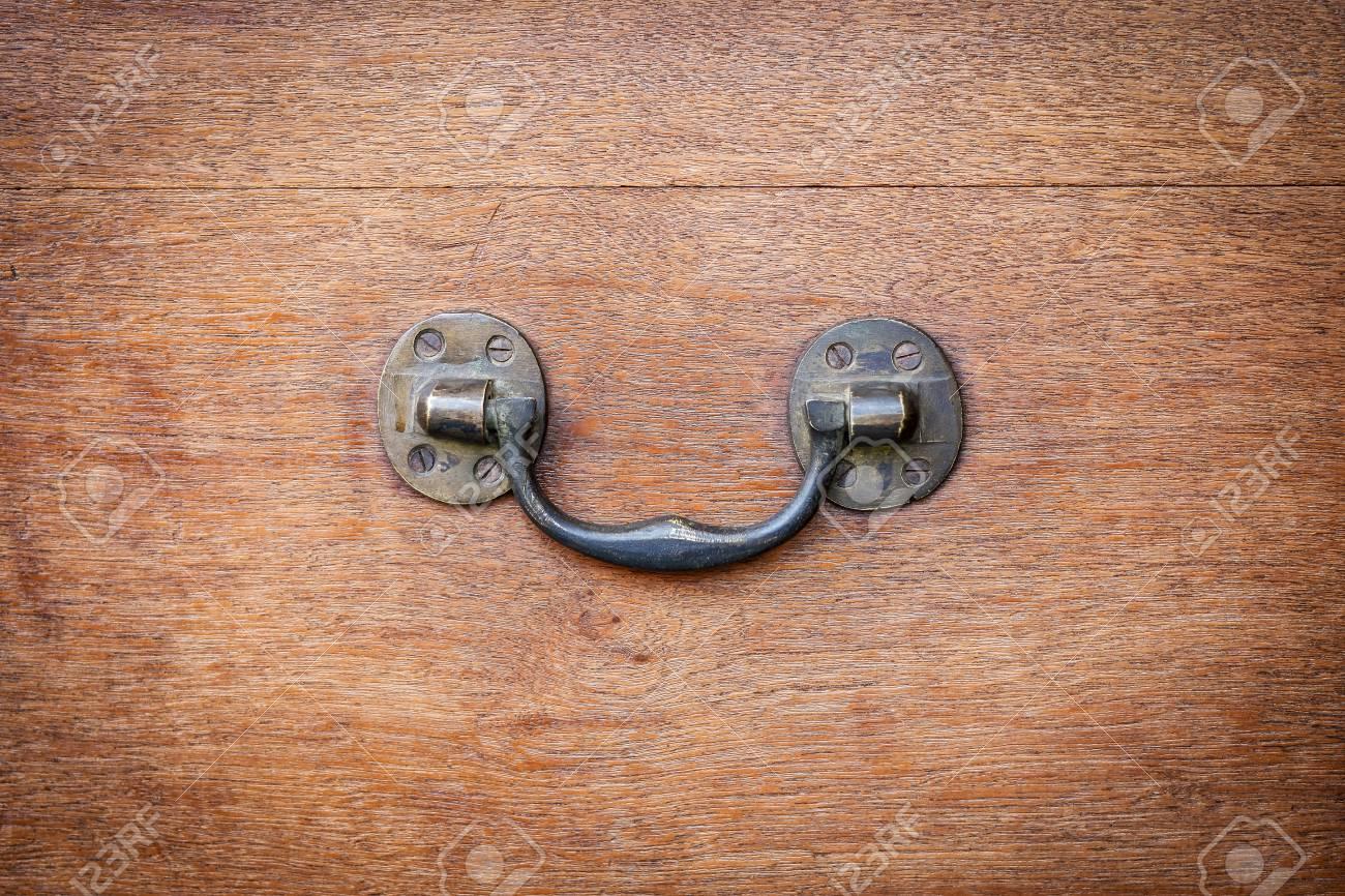 Poignee Laterale En Laiton Du Coffre En Bois Vintage Detail De Quincaillerie De Meubles Anciens Banque D Images Et Photos Libres De Droits Image 83861846