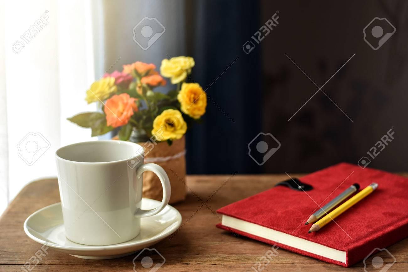 Weiße Tasse Heiße Getränke Auf Holztisch Am Fenster. Kleine ...