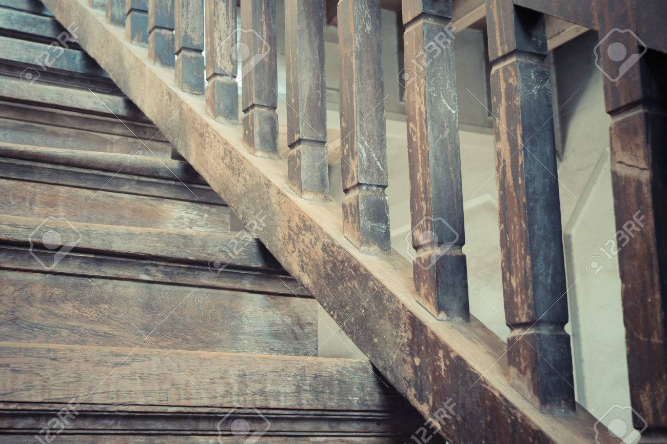 Scaletta In Legno Antica : Immagini stock scala in legno antico stile vintage a preservare