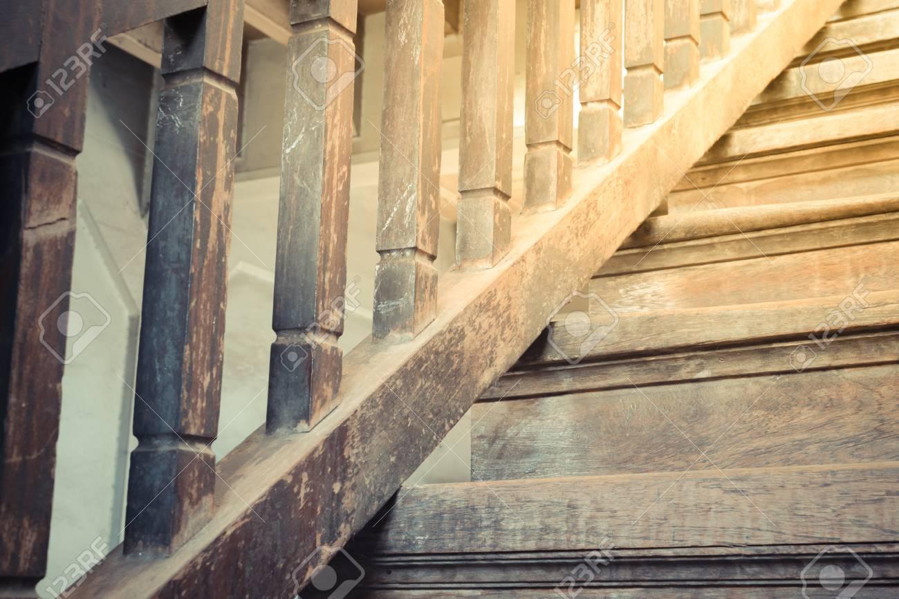 Scaletta In Legno Antica : Scala in legno antico stile vintage a preservare l architettura