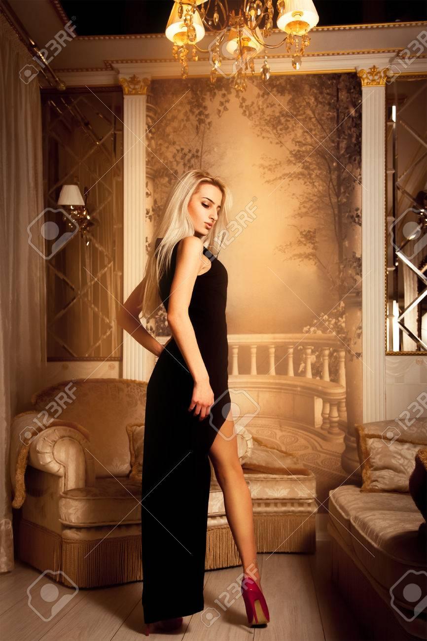 Mujer alta vestido de negro