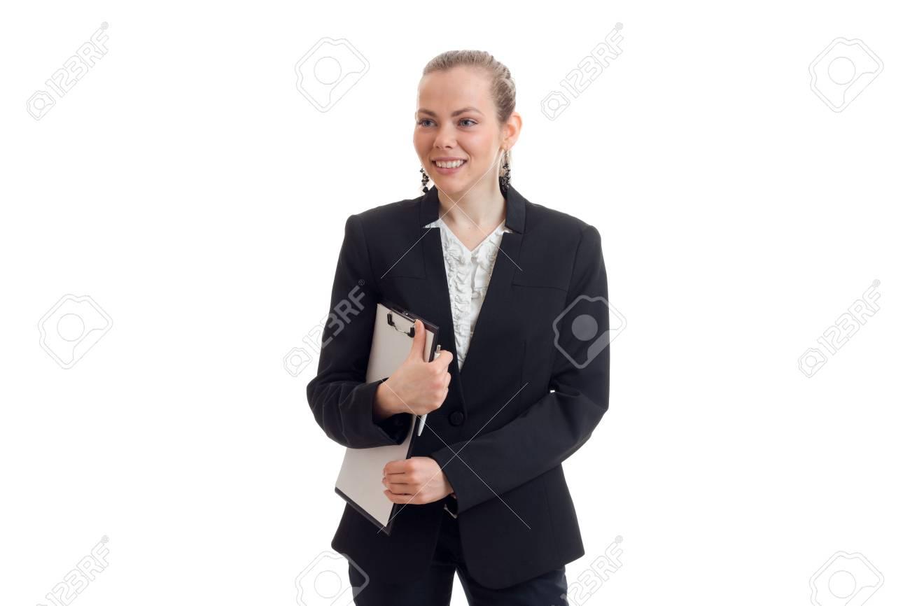 Jeune fille souriante en costume de bureau noir conserve le dossier