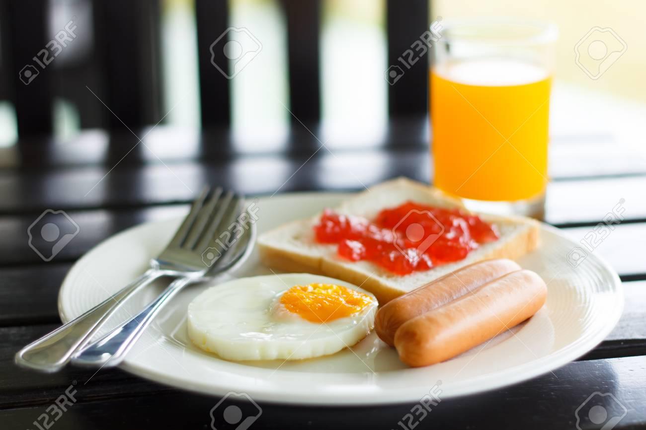 Desayuno Saludable Con Café En La Mañana Soleada Fotos Retratos Imágenes Y Fotografía De Archivo Libres De Derecho Image 24808779