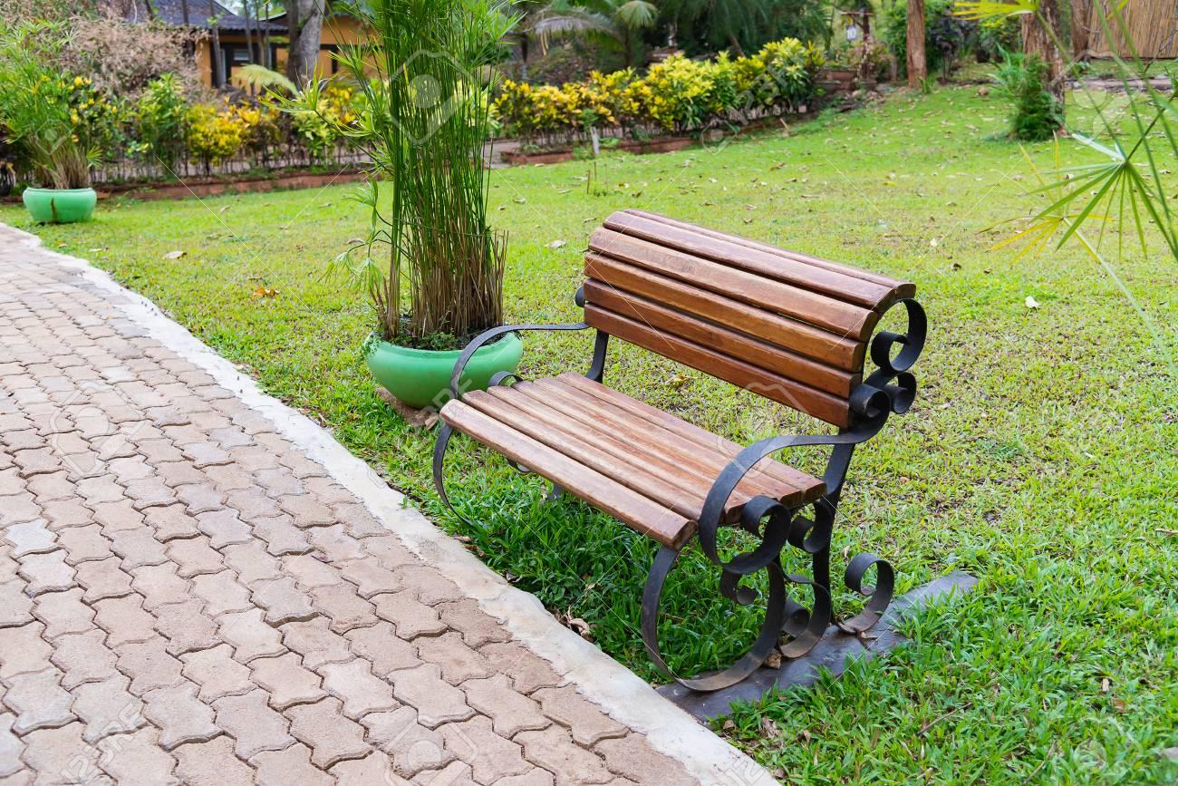 Banc De Parc Vide Banc En Bois Dans Le Jardin Ou Parc En Plein Air Avec Prairie Darbres Et Dherbe