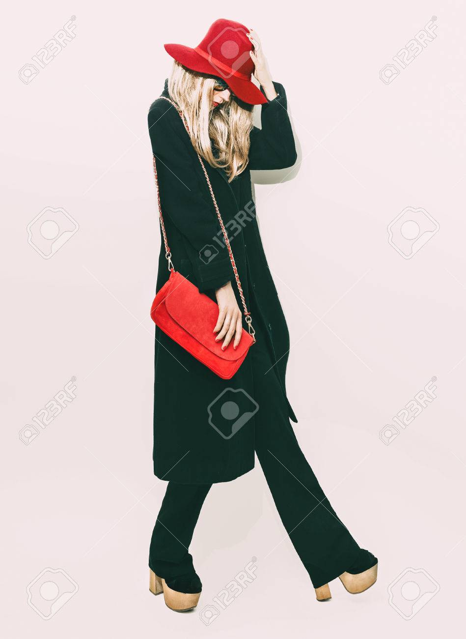 Glamorous fashion blond girl in classic black coat and red hat. autumn Style - 34313236