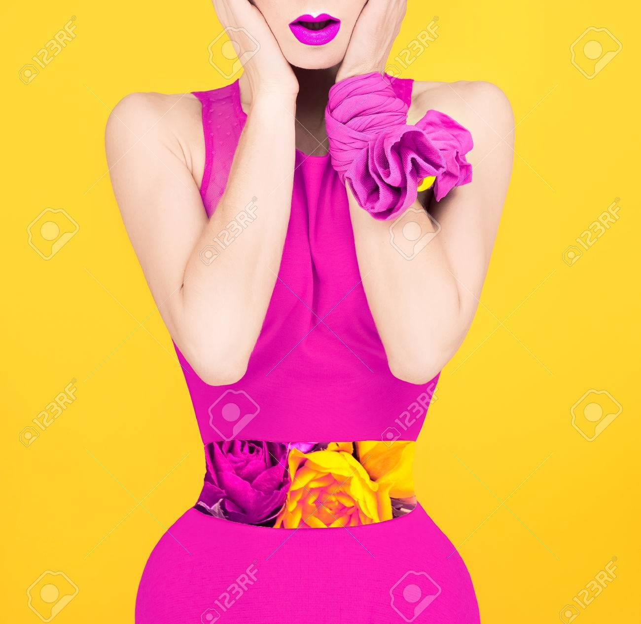 Dama De La Moda De La Sorpresa En Un Estilo De Color Carmesí ...