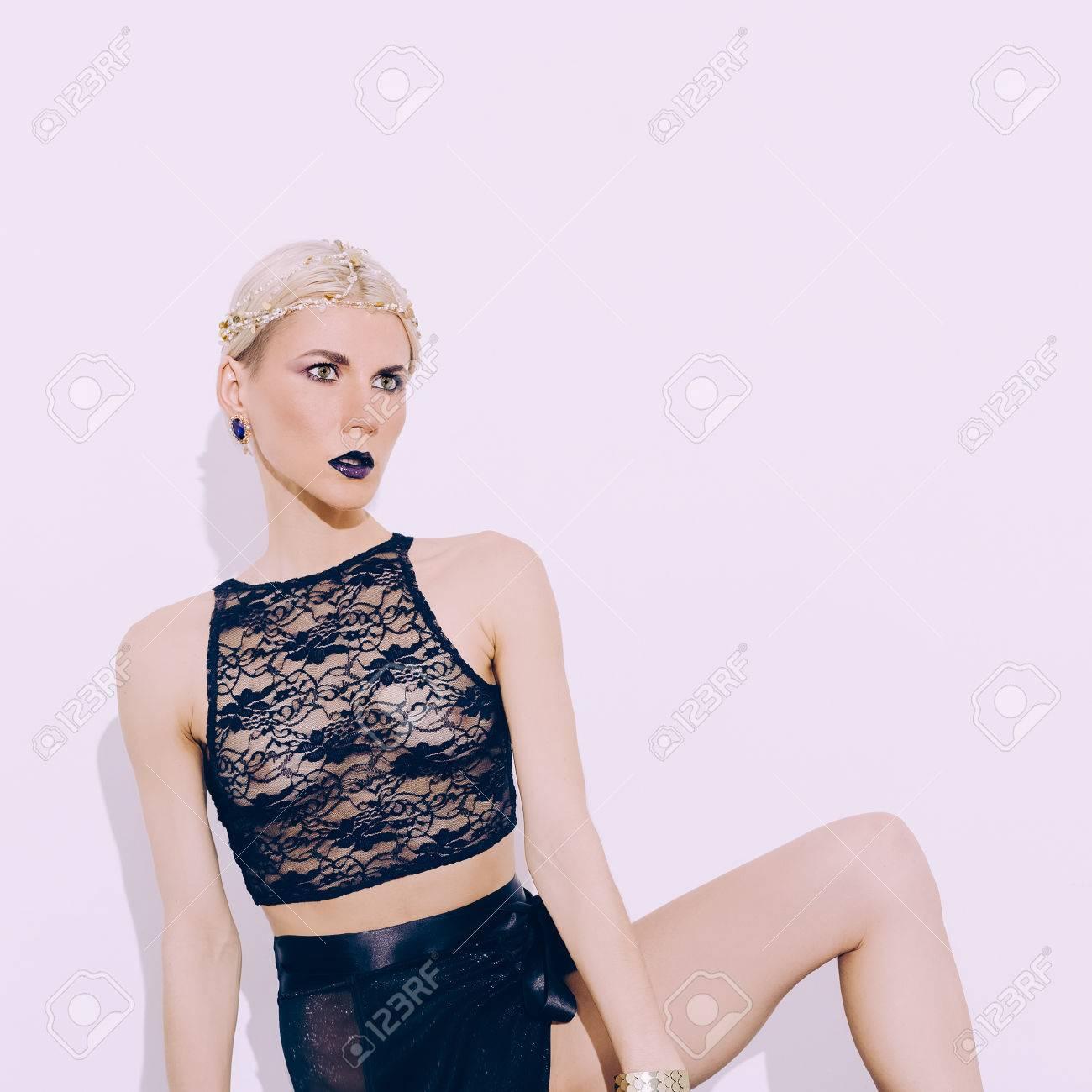 肖像画豪華なエロティックなランジェリーでの官能的な金髪の女性。ファッションのスタイル。