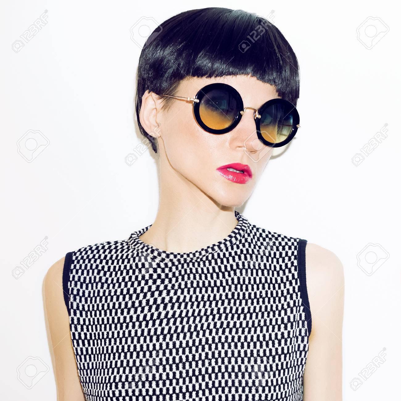 chica en gafas de sol de moda y corte de pelo corto de moda foto