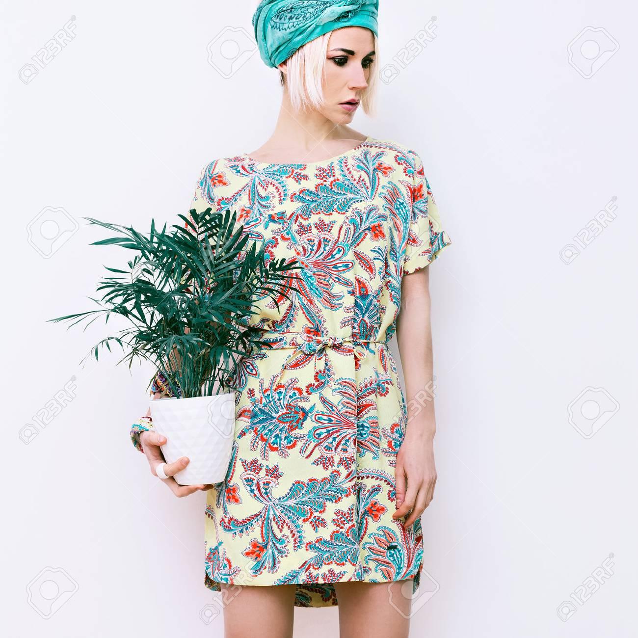 Model with flower in trendy summer dress - 40336085