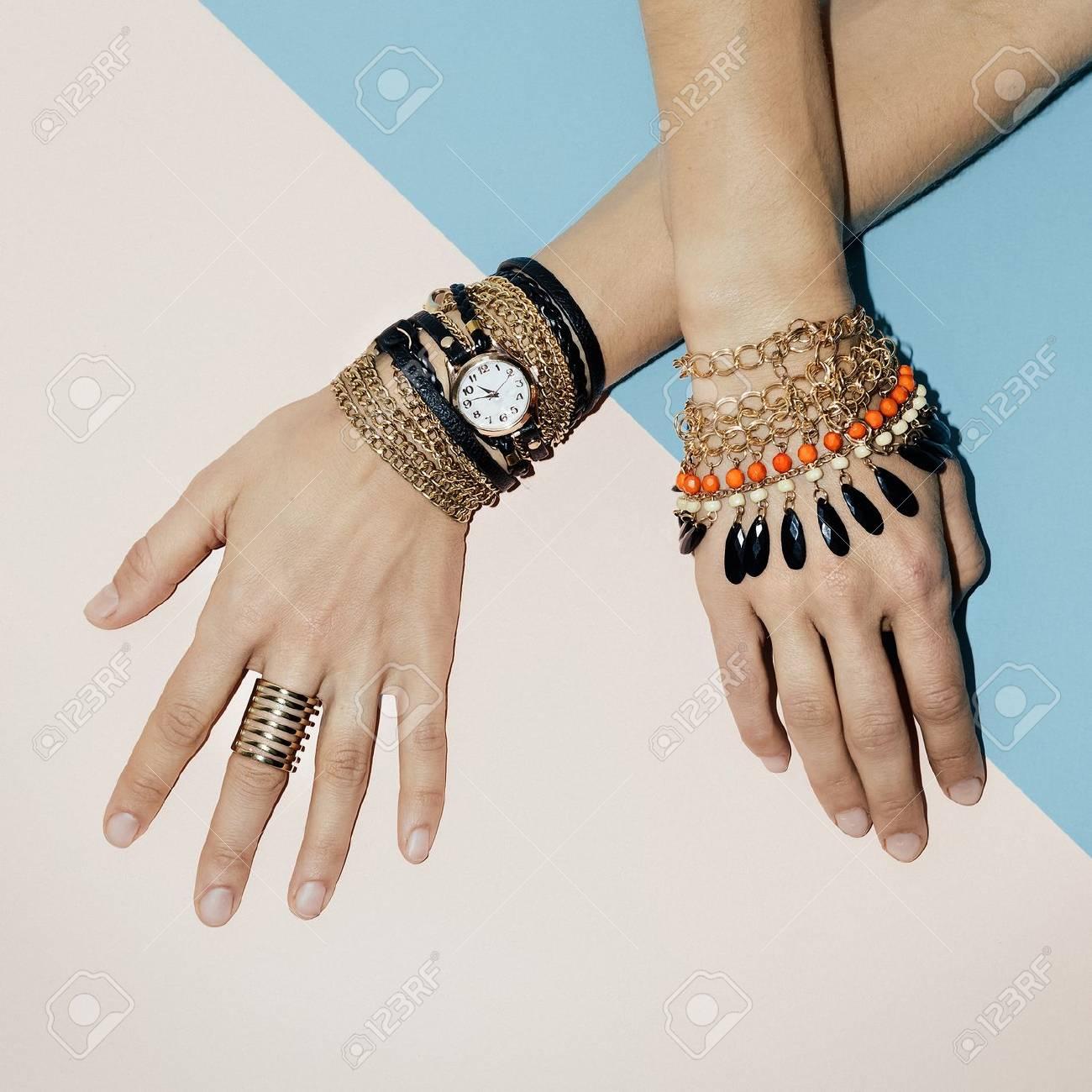 e9753d750a45 Moda de joyería negra. Pulseras, relojes y anillos. Sé elegante dama.