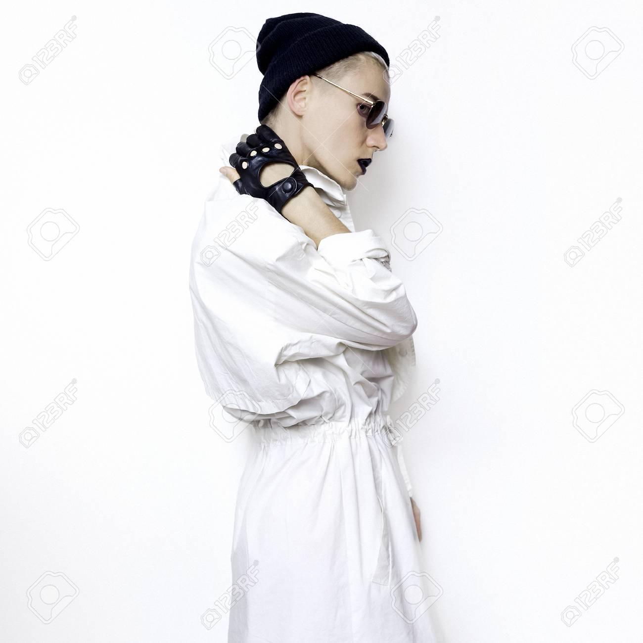 Modèle Hipster Tendance Automne Hiver Swaggirl Style Minimal Bonnet Et Lunettes De Soleil Stylées Vintage Glamour Gants En Cuir à La Mode Noir Et