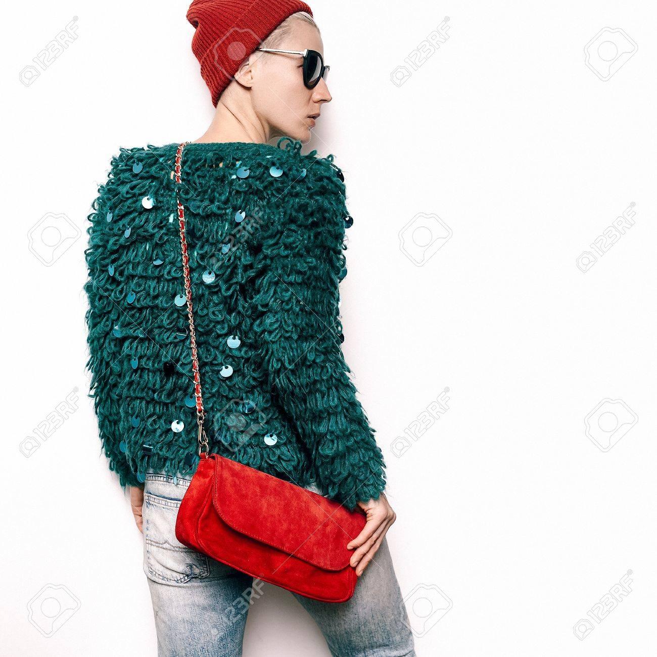 0220b26dd Foto de archivo - Hipster Model Swag Urbano Elegante. Equipamento de  Outono. Beanie Hat. Óculos de sol elegantes. Casaco de malha elegante.