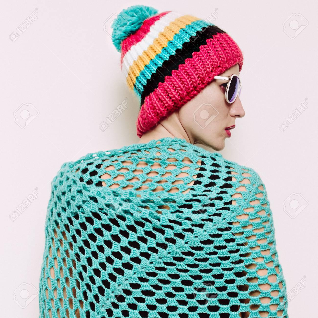 Chica Con Estilo Hipster En Un Sombrero De Punto Con Pompón Y Una ...