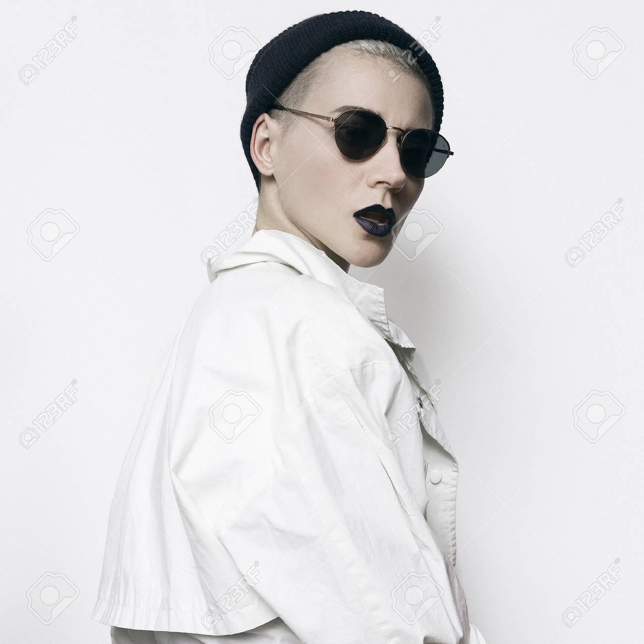 1ae04c59d9da5 Swag.Girl Style minimal. Bonnet et lunettes de soleil stylées. Vintage  Glamour. Costume noir et blanc à la mode