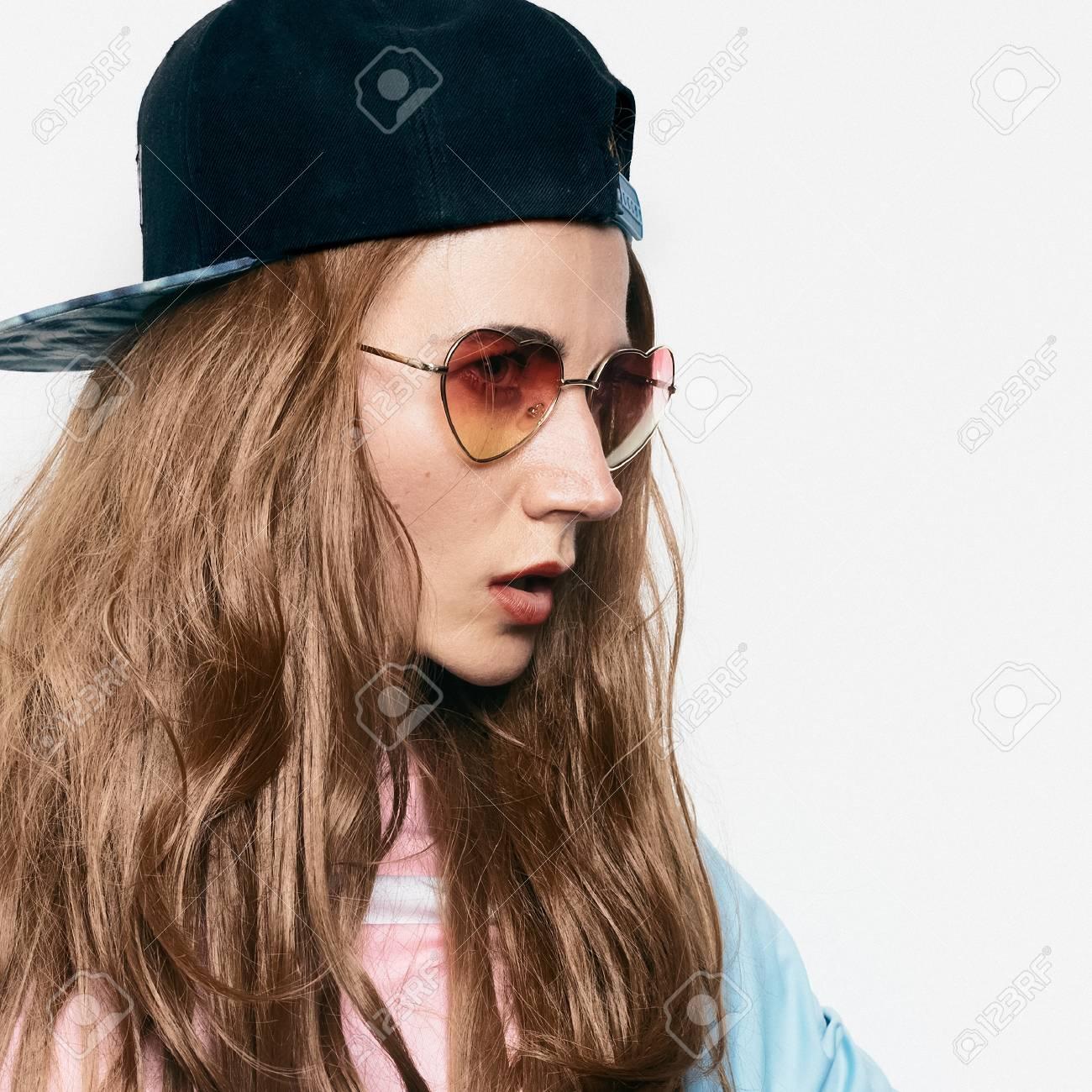 Banque d\u0027images , Teen Brunette Girl skateboard style boy cap, beauté  hipster swag style, mode Tomboy
