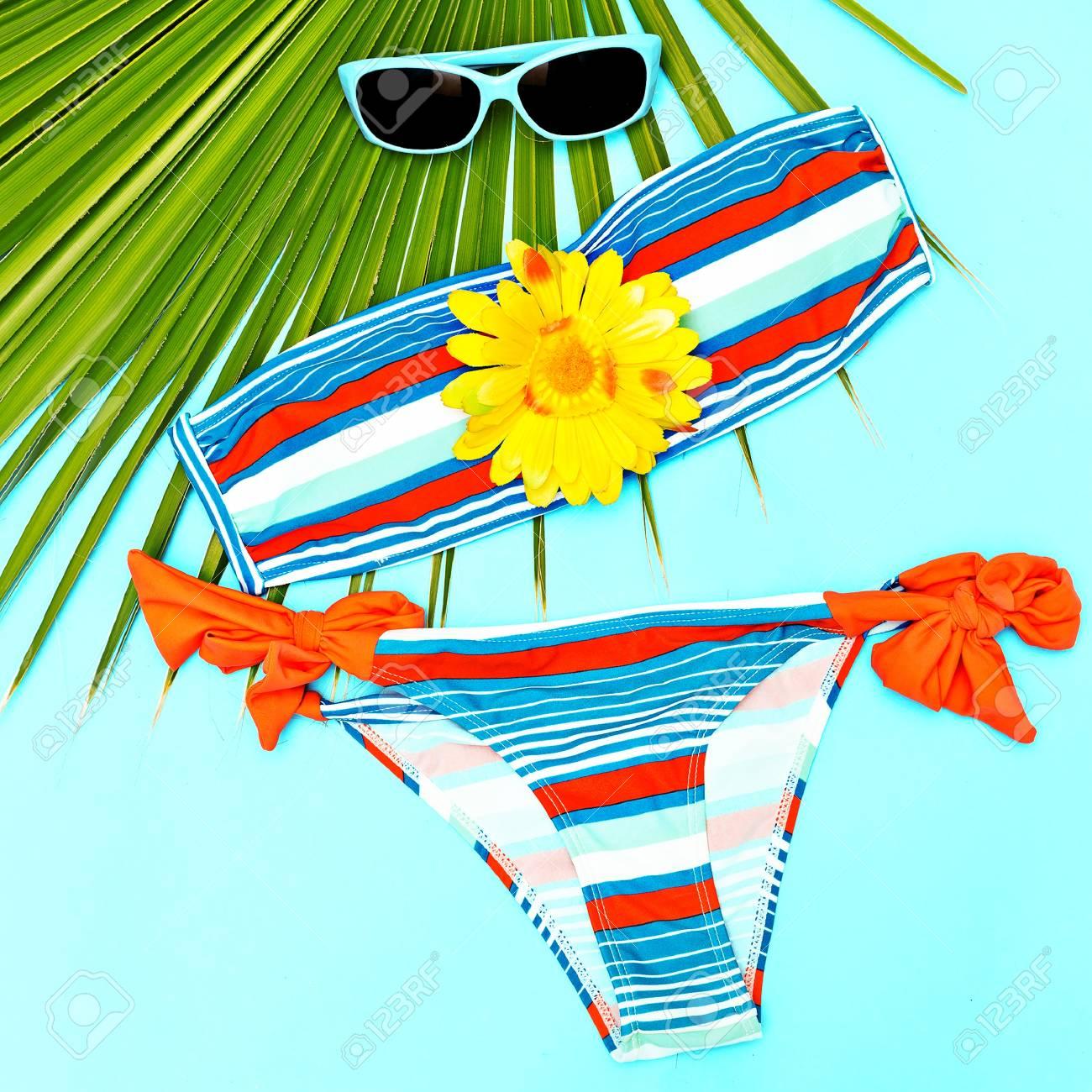 Elegante Traje De Playa Para Niña Bañador Y Accesorios Fotos Retratos Imágenes Y Fotografía De Archivo Libres De Derecho Image 87609829