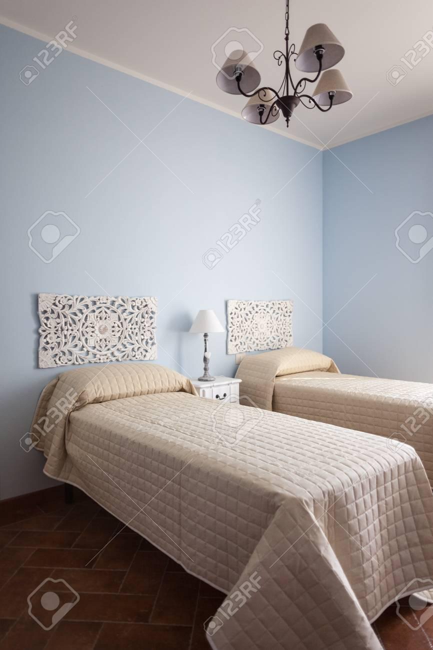 Ein Luxuriöses Schlafzimmer Mit Einer Lampe über Ein Bett ...