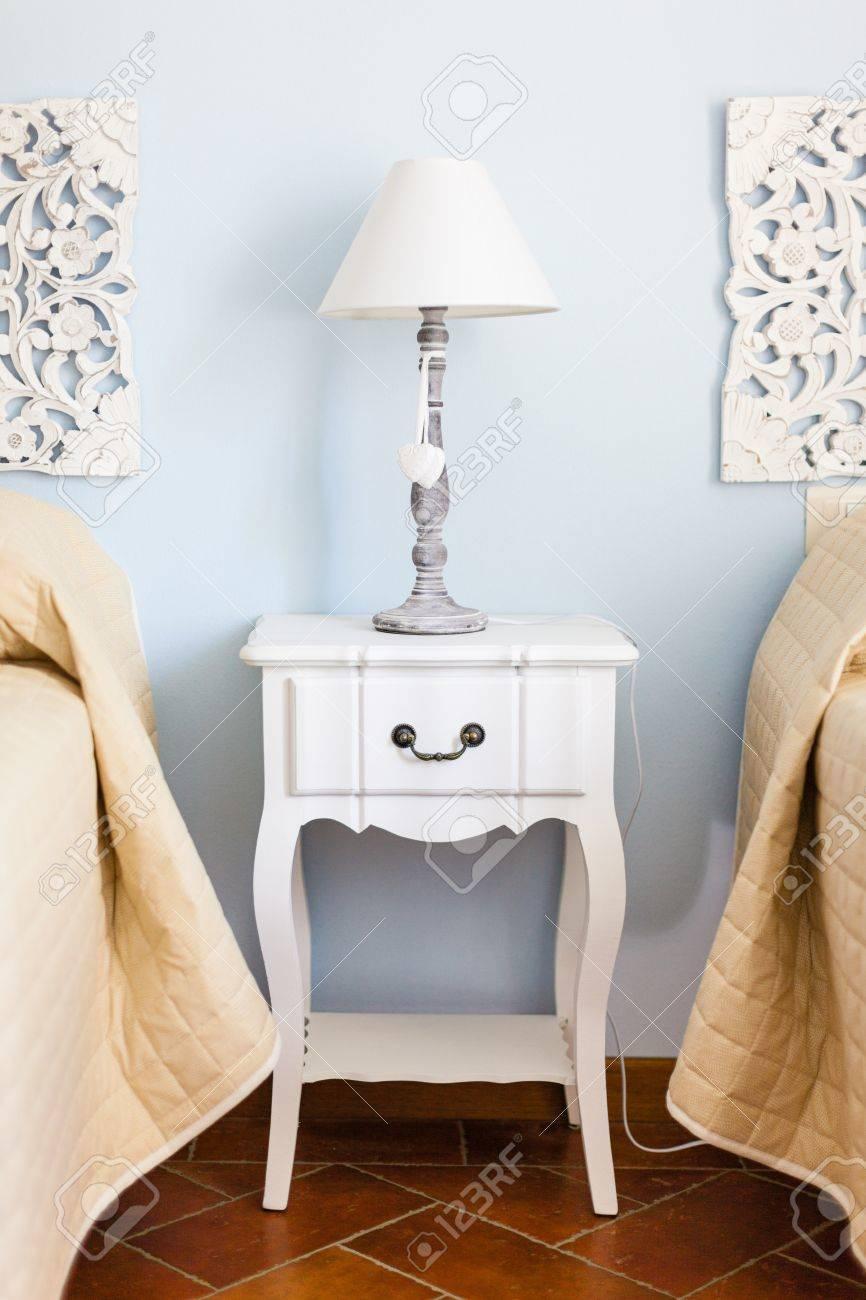 Great Ein Luxuriöses Schlafzimmer Mit Einer Lampe über Ein Bett Beistelltisch  Standard Bild   20436088