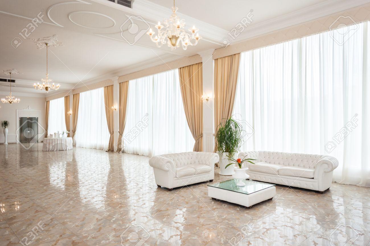 Eine Luxuriöse Und Große Moderne Wohnzimmer Mit Weißen Möbeln ...