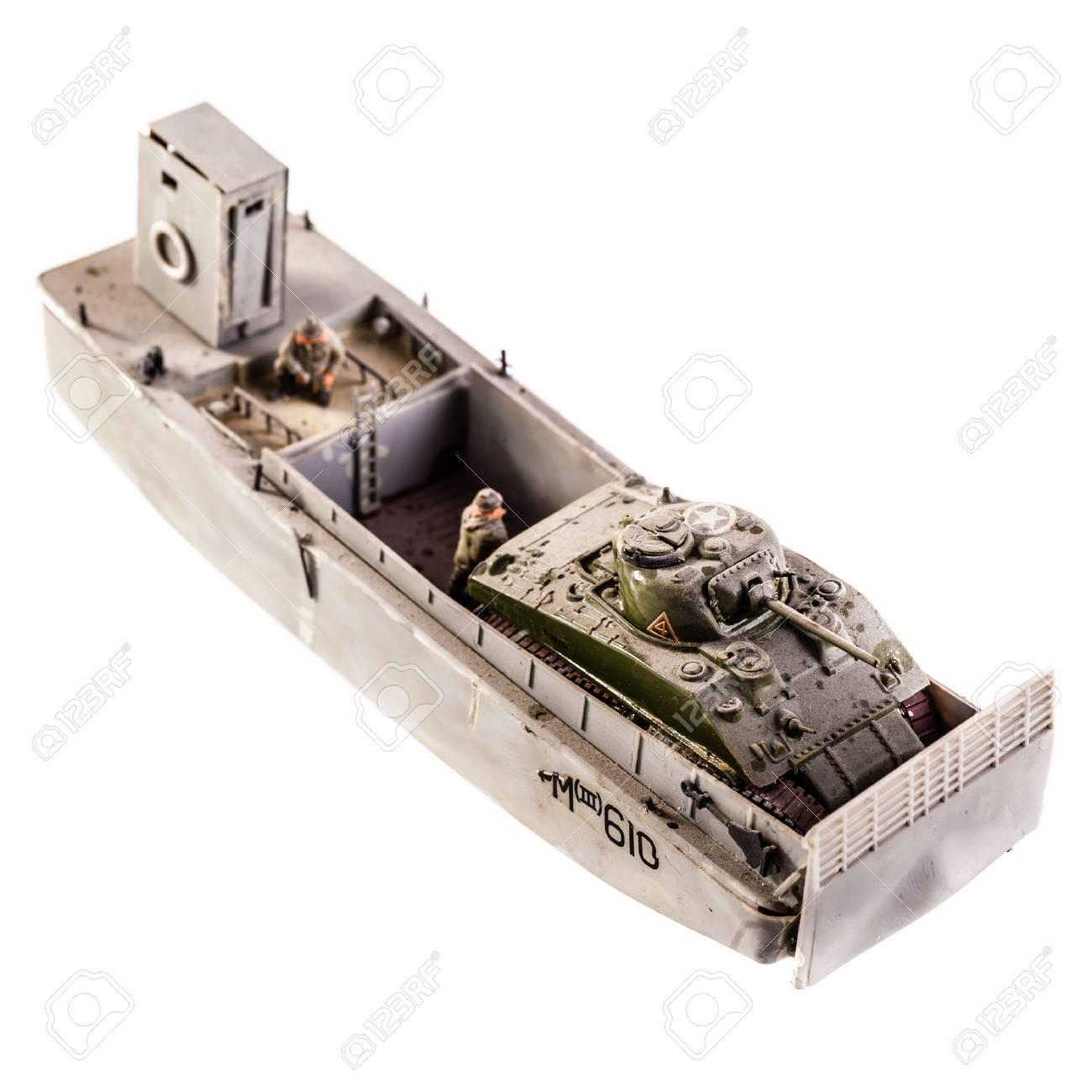 白地に分離タンク上陸用舟艇のプラモデル の写真素材・画像素材 Image ...