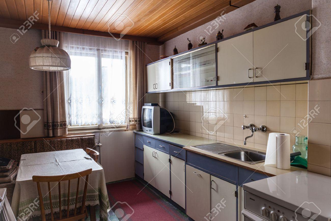 Interieur D Une Vieille Cuisine Simple Qui Devrait Etre Renove