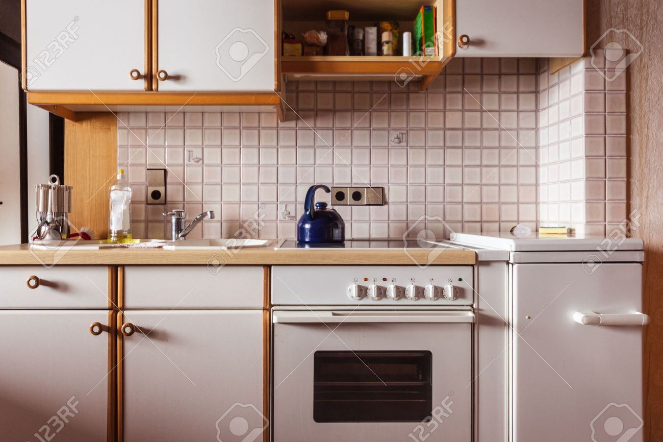 Innenraum Eines Alten Einfache Küche, Die Renoviert Werden Sollte ...