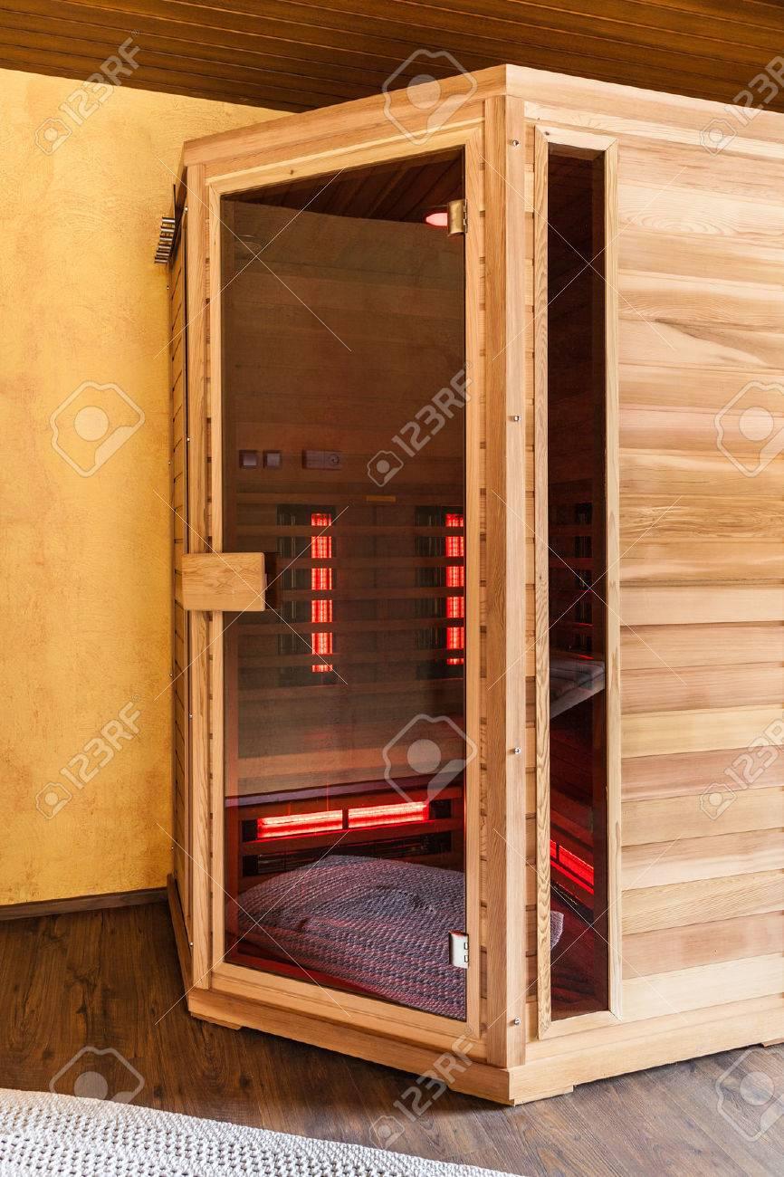 Una Pequea Cabina De Sauna Infrarered Madera En Un Spa Fotos