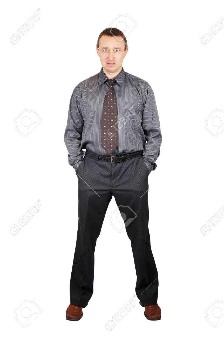 elegante e grazioso scarpe da corsa raccolto Sicuro di sé l'uomo con una camicia scura e pantaloni scuri