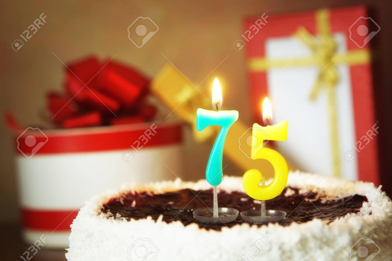Soixante Quinze Ans Danniversaire Gâteau Avec Des Bougies Allumées Et Des Cadeaux