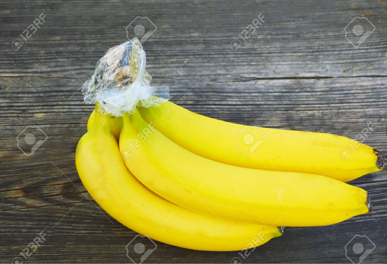 Trick to prevent bananas from turning brown with with Plastic