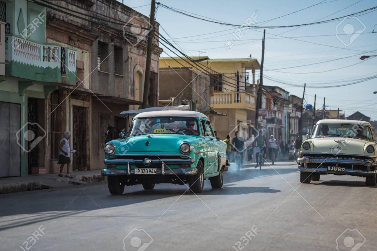 Autos Clasicos Americanos Conduce En La Carretera En El Campo De