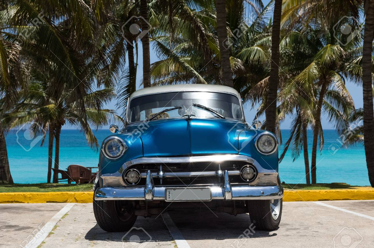 American blue classic car with silver roof parked under palms in Varadero Cuba - Series Cuba Reportage - 92198173
