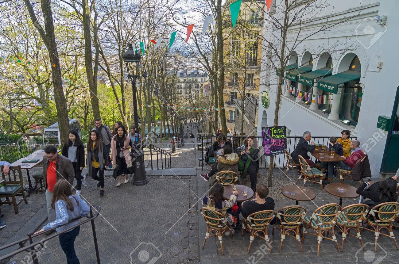 Paris Francia 1 De Abril De 2017 Un Pequeno Cafe Pub Irlandes