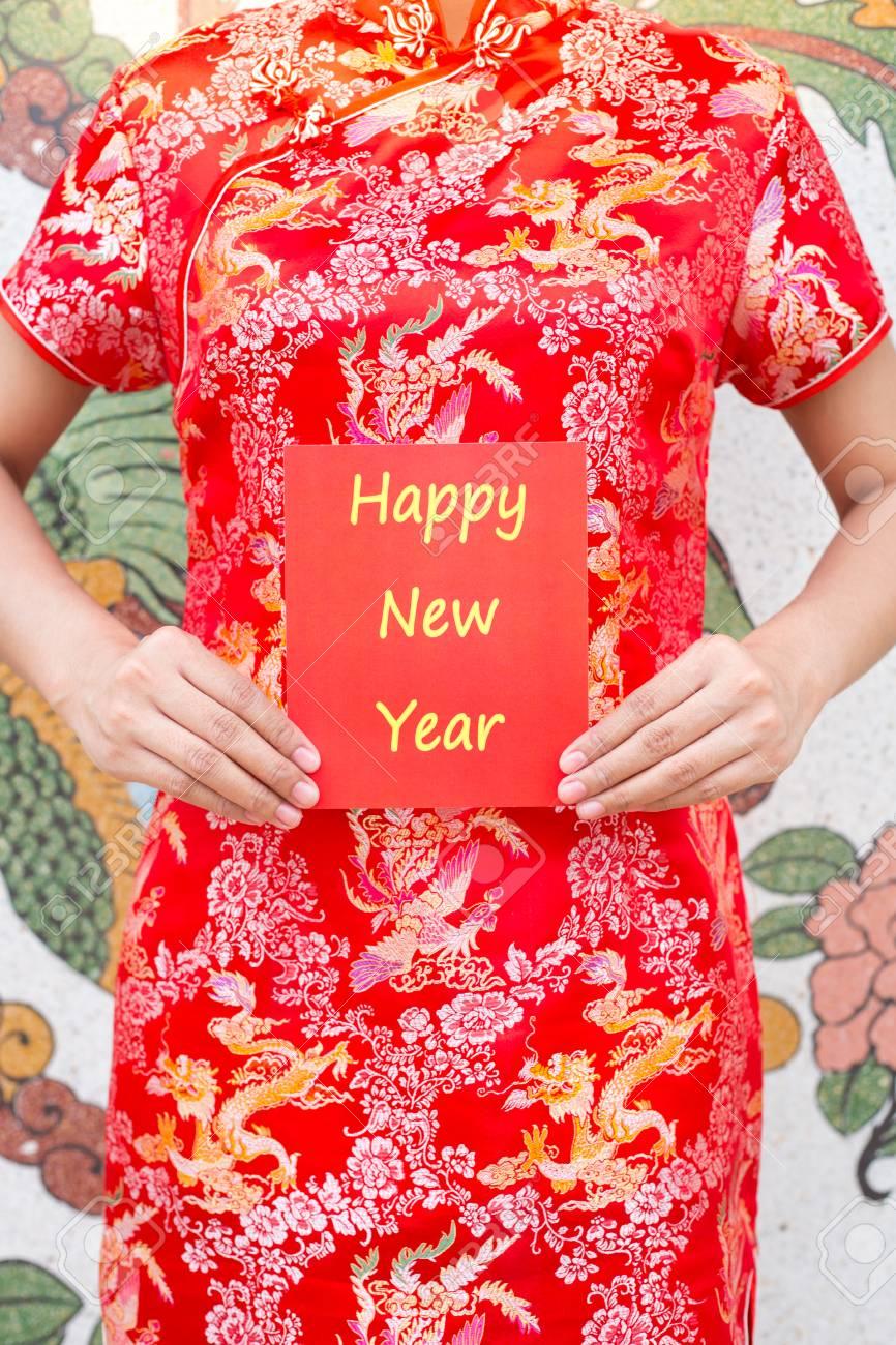 Happy Chinese New Year Asiatische Frau Mit Roten Cheongsam Ein Rotes ...