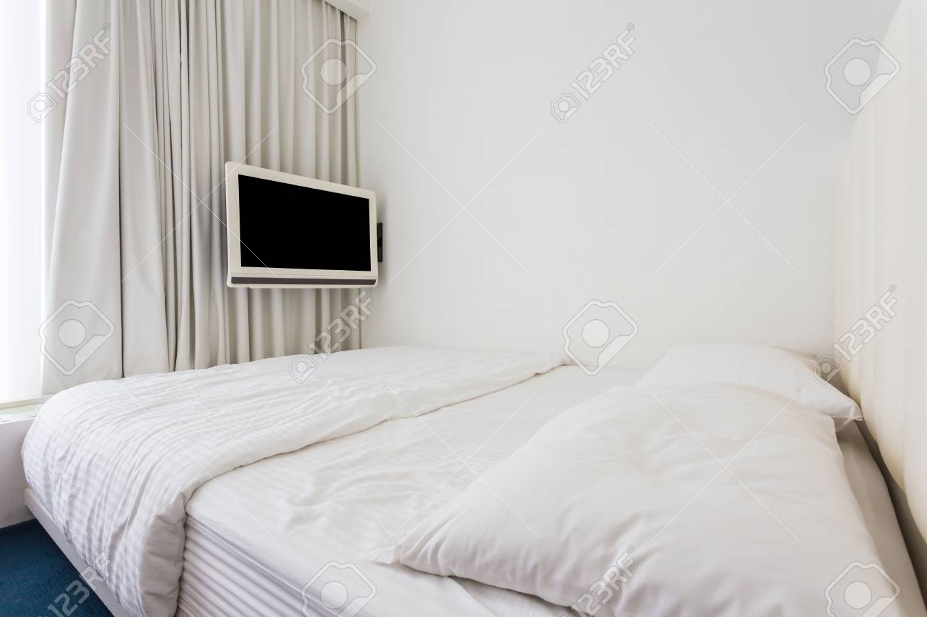 Camera da letto matrimoniale moderna con mobili in legno