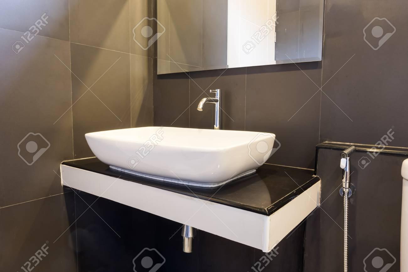 Sauberes Und Frisches Badezimmer Mit Naturlichem Licht Und