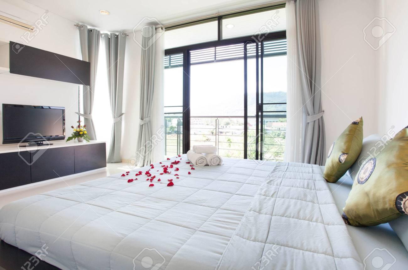 Luxus Innenarchitektur Im Schlafzimmer Der Poolvilla Mit Gemütlichem ...