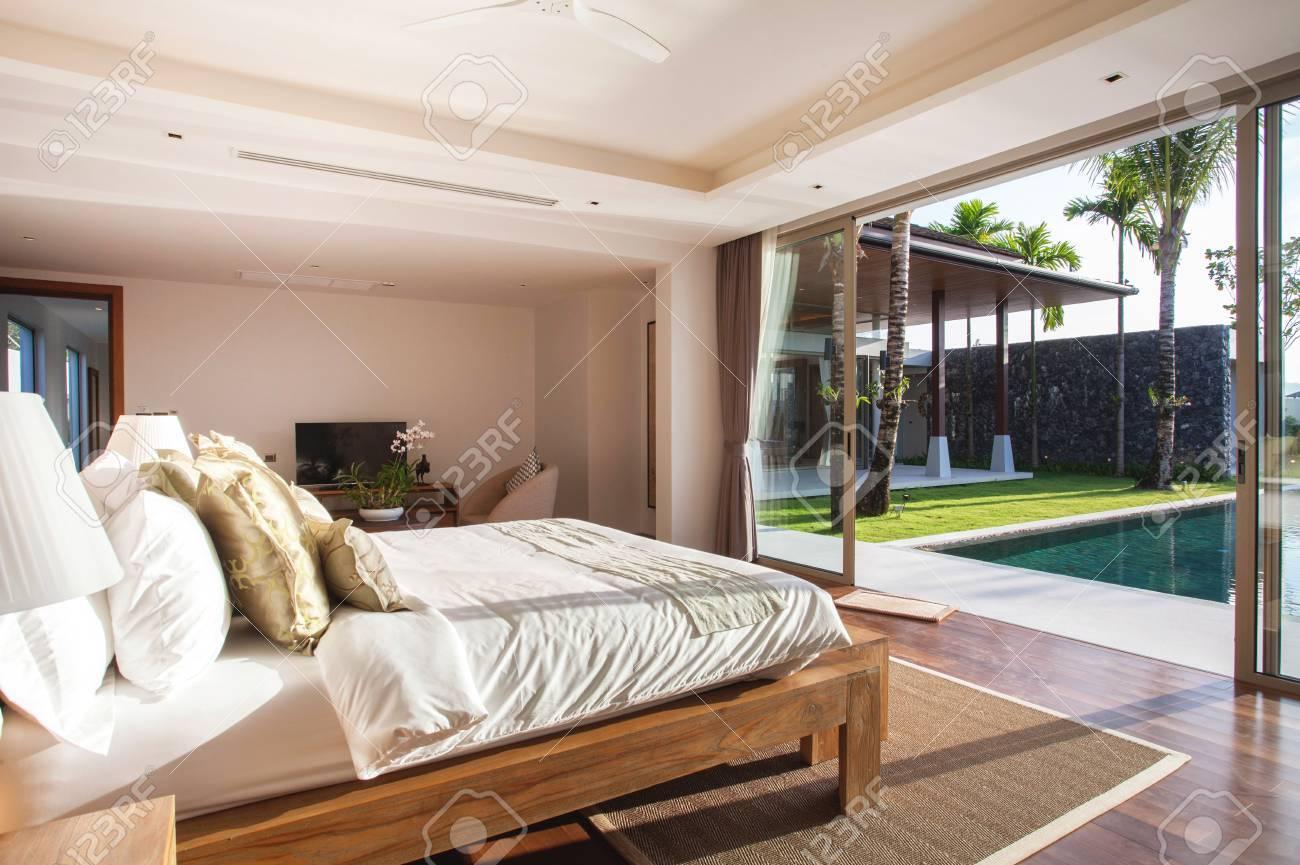 Schon Luxus Innenarchitektur Im Schlafzimmer Der Poolvilla Mit Gemütlichem  Kingsize Bett. Schlafzimmer Mit Hohen Hohen