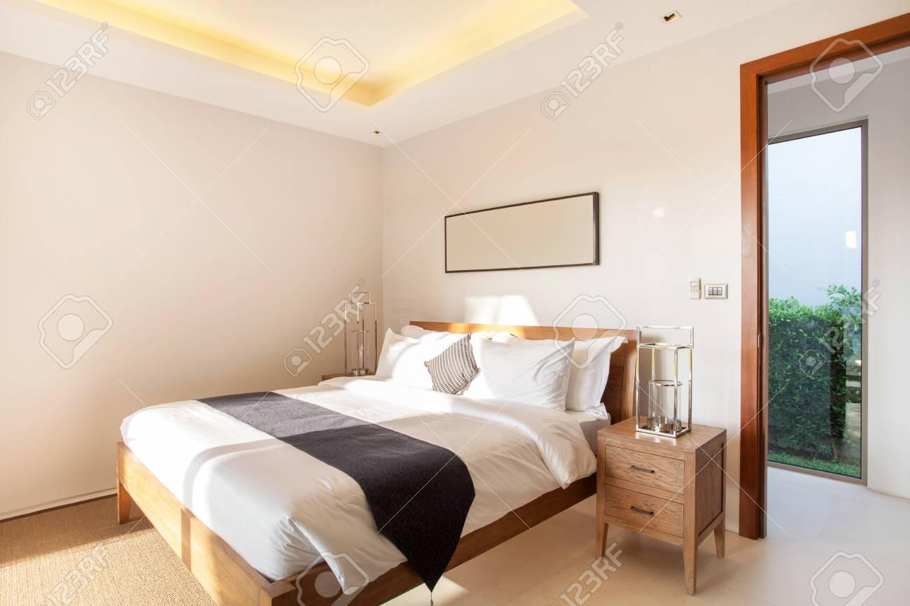 Lussuoso Design D\'interni In Camera Da Letto Di Villa Con Piscina ...