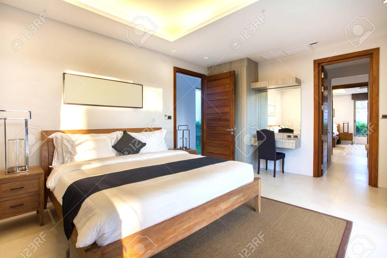 Luxus Innenarchitektur Im Schlafzimmer Der Poolvilla Mit Gemütlichem  Kingsize Bett. Schlafzimmer Mit Hohen Hohen