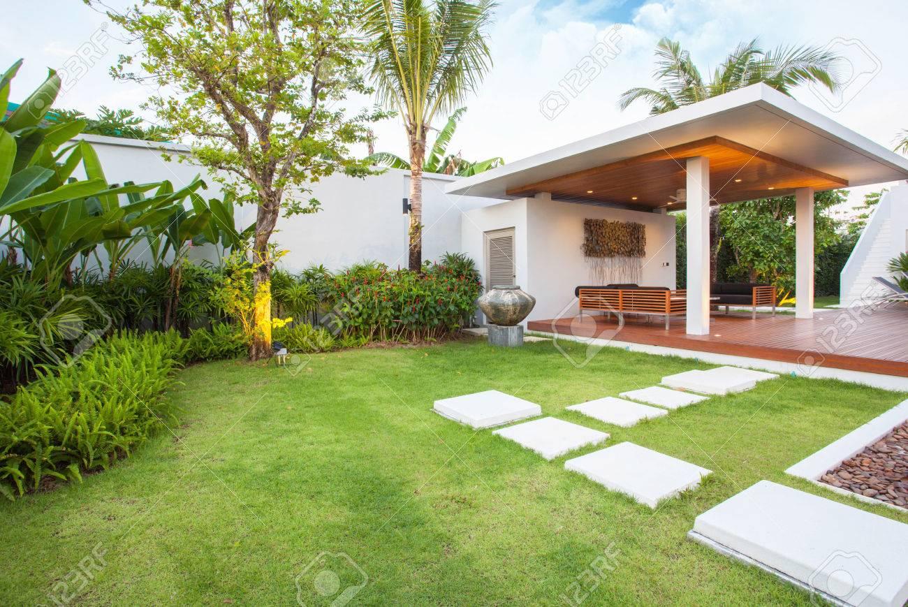 Design intérieur et extérieur de la villa de la piscine qui dispose d\'un  espace de vie, d\'un jardin de verdure, d\'une piscine infinie, d\'une  terrasse ...