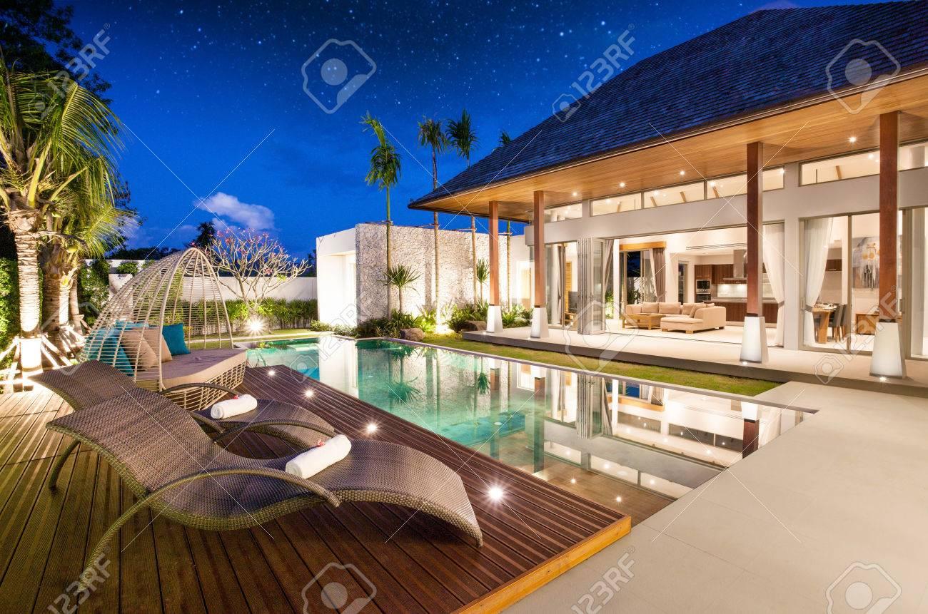 Außen-und Innenarchitektur Der Pool-Villa Mit Wohnbereich ...