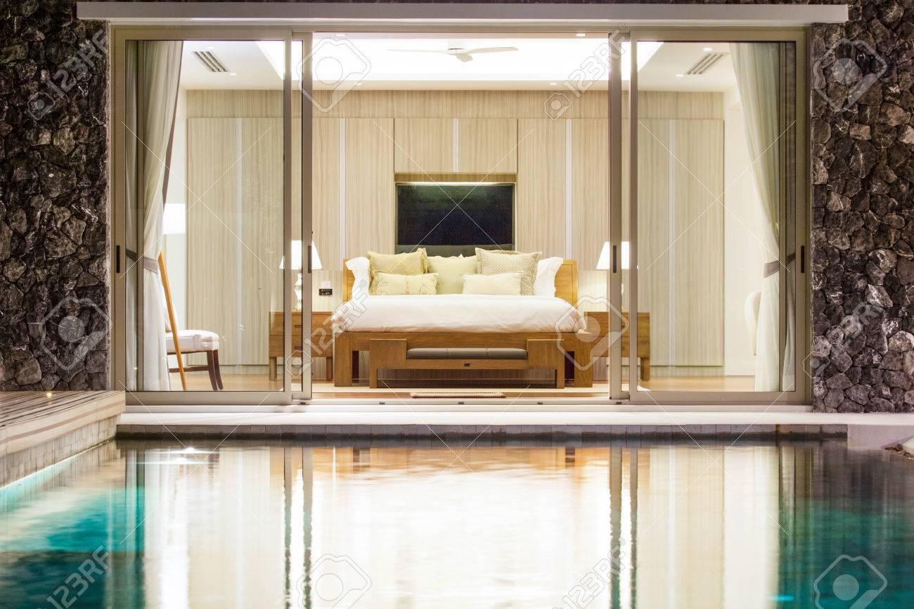 lussuoso design d'interni in camera da letto di villa con piscina ... - Camera Da Letto Con Piscina