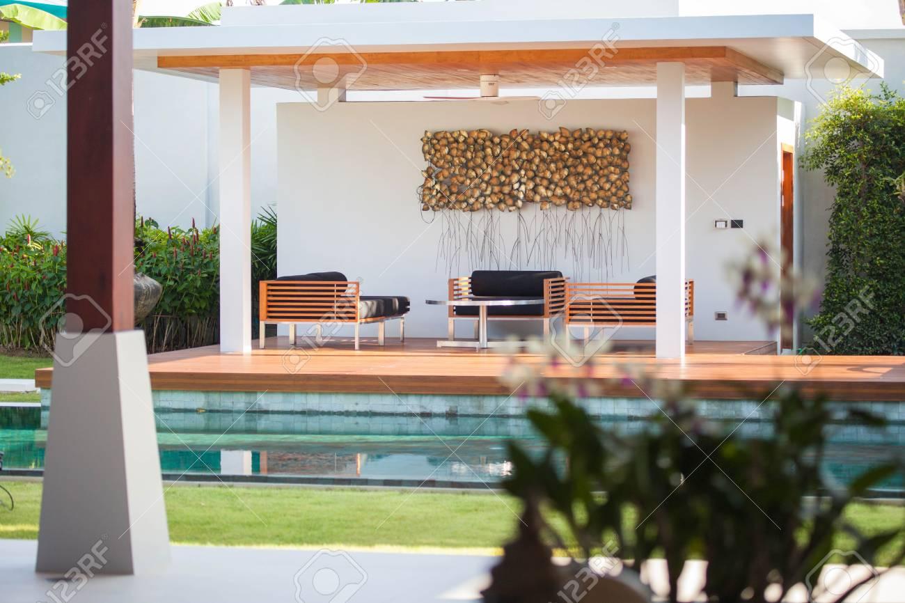 Innen-und Außendesign Der Pool-Villa Mit Wohnbereich, Garten ...